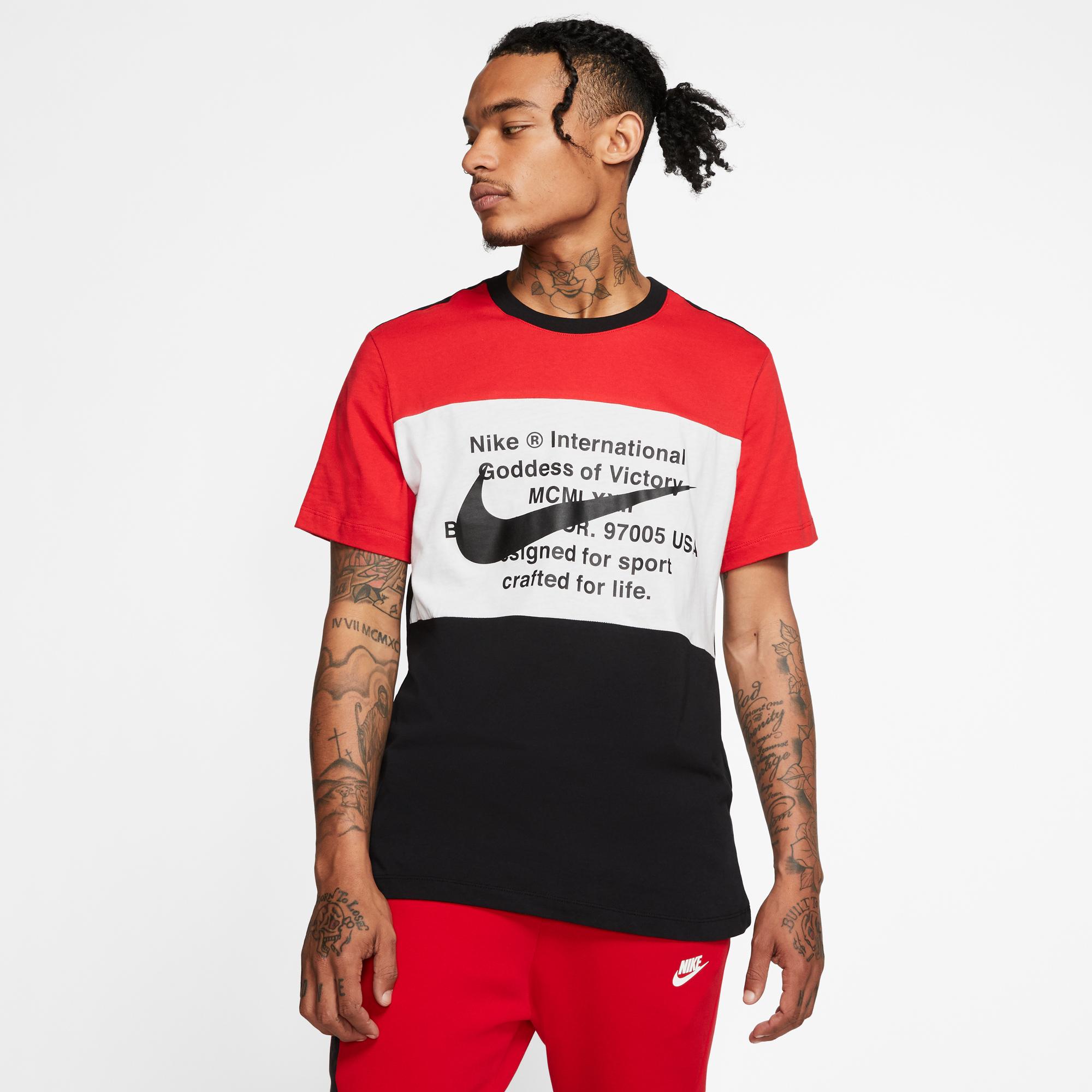 Nike Sportswear Swoosh Erkek Siyah-Kırmızı T-Shirt